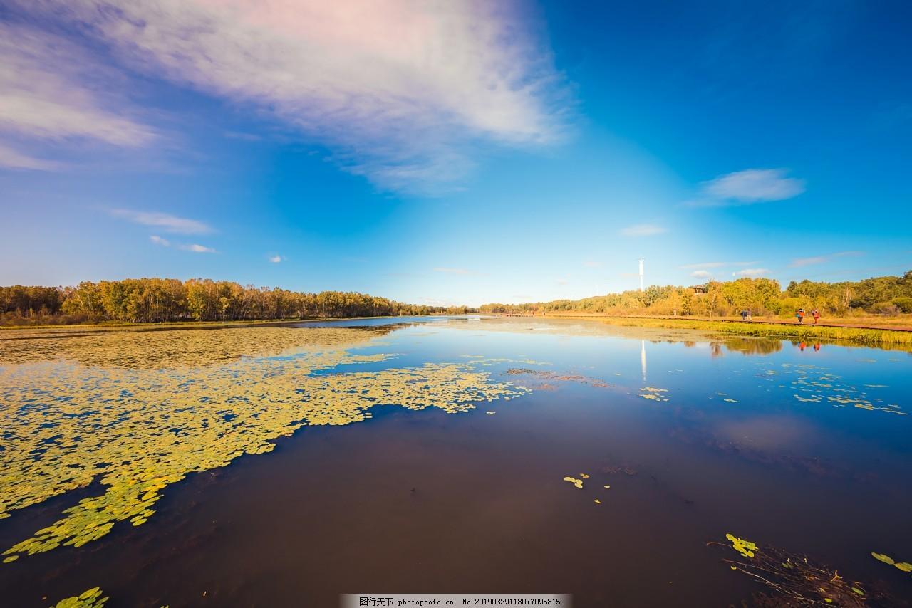 湖水美色浮萍漂浮蓝天白云绿草山林